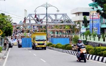 Jembatan penyeberangan di depan SMAN 1 Muara Teweh menuju Masjid At Taqwa., Kabupaten Barito Utara.