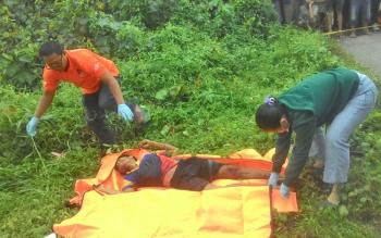 Mayat yang ditemukan di bawah jembatan Pulau Petak saat dievakwasi pihak kepolisian.