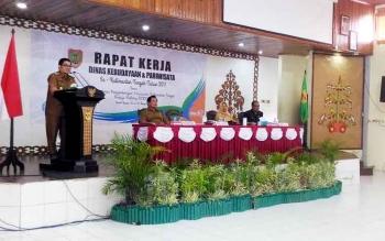 Wakil Bupati Gunung Mas Rony Karlos membacakan sambutan Bupati Arton S Dohong saat membuka Rapat Kerja Daerah Kebudayaan dan Pariwisata di GPU Tampung Penyang, Kuala Kurun, Senin (20/3/2017).