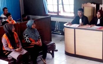 Rusminarni alias Minar dan Maswati alias Wati terdakwa kasus zenith saat disidang di Pengadilan Negeri Sampit, Senin (20/3/2017)