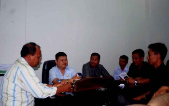 Anggota DPRD Barito Utara, Purman Jaya, dan sejumlah anggota, ketua DPRD Barut Set Enus Y Mebas, H Mulyar Samsi, Sastra Jaya, Hasrat dan Lahmudin saat berdiskusi bersama