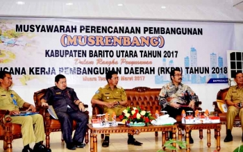 Bupati Barito Utara Nadalsyah, Ketua DPRD Set Enus Y Mebas, Sekda Jainal Abidin, dan Ditjen Binabangda Kemendagri saat menghadiri Musrenbang RKPD di Gedung Balai Antang, Muara Teweh, Senin (20/3/2017).