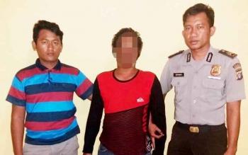 Pelaku MS pembawa kabur remaja putri 16 tahun diapit dua anggota Polsek Sukamara.