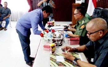 Syahrani Ambran, saat menandatangani kesepakatan hasil rapat dihadapan Bupati Marukan.
