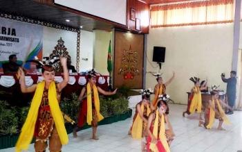 Penari membawakan Tarian Mandau Bawi pada pembukaan Raker Kebudayaan dan Pariwisata se-Kalteng di GPU Tampung Penyang, Kuala Kurun, Kabupaten Gunung Mas, Senin (20/3/2017).