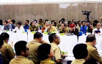 Mantan Ketua DAD Kalteng (tengah/lawung merah) saat menghadiri Rakortek di Aula Bappedalitbang Kalteng, Palangka Raya, Senin (20/3/2017).