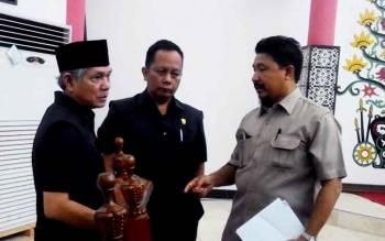 Suhardi Lentam Nigam (kiri), juru bicara Badan Pembentukan Peraturan Daerah DPRD Kota Palangka Raya berbincang dengan anggota dewan lainnya sebelum Rapat Paripurna, Senin (20/3/2017).
