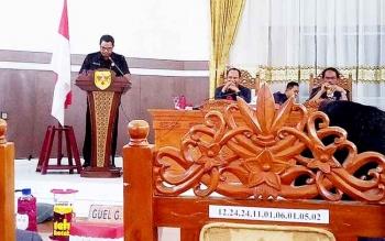Ketua Badan Pembentukan Peraturan Daerah DPRD Gunung Mas Ehud menyampaikan pidato pengantar raperda inisiatif DPRD pada Rapat Paripurna, Senin (20/3/2017).