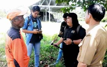 Japar (kiri) petugas TPA Kasongan saat memberi penjelasan kepada Wakil Bupati Katingan, Sakariyas di TPA Kasongan, Senin (20/3/2017)