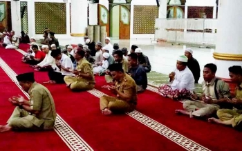 Gubernur Sugianto Sabran berdoa seusai melaksanakan salat maghrib berjamaah di Masjid Agung Al Mukarram, Kuala Kapuas, Senin (20/3/2017).