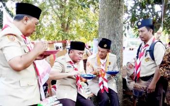 Gubernur Kalteng Sugianto Sabran mencicipi masakan daerah ala pramuka saat mengunjungi jambore pramuka, beberapa waktu lalu.