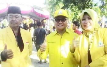 Ketua DPD Golkar Nor Fazariah Kamayanti (kanan) didampingi Muhktarudin (tengah), pengurus Dewan Pimpinan Pusat (DPP) Partai Golkar, Korwil Kalimantan Tengah.