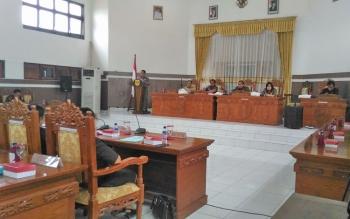 Juru Bicara Fraksi Golkar Halfrit Tiong menyampaikan pandangan umum Fraksi Golkar terhadap empat buah Raperda yang diajukan Pemkab Gumas, Selasa (21/3/2017) pagi.