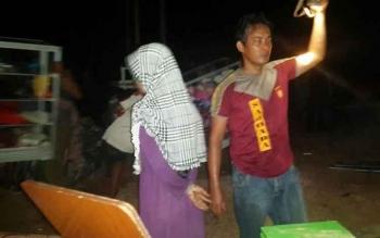 Warga Jl Kiai Gede RT 2 RW 1 Desa Bangun Jaya, Kecamatan Balai Riam, Sukamara, saat berusaha menyelamatkan harta benda yang belum ikut terbakar.