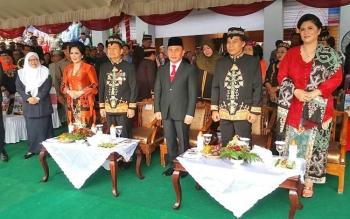 Gubernur Sugianto berpose dengan Bupati dan Ketua DPRD Kapuas saat detik peringatan HUT Kapuas, Selasa. Ia menyatakan mendukung pemekaran Kapuas Ngaju dan memerintahkan persiapan khususnya tapal batas dengan kabupaten lain.