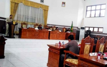 Bupati Gumas Arton S Dohong menyampaikan pidato tanggapan eksekutif terhadapa dua raperda inisiatif DPRD, Selasa (21/3/2017)
