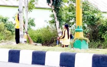 Pasukan kuning saat membersihkan Jalan Tjilik Riwut, Kelurahan Mendawai Sukamara.