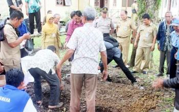 Puluhan warga Petak Bahandang Kecamatan Tasik Payawan saat mendapatkan pelatihan cara menanam bawang merah dengan benar, Senin (20/3/2017)