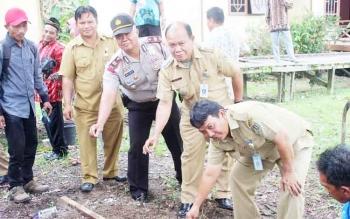 Camat Tasik Payawan Pimanto bersama Kepala Bagian Sumber Daya Alam Setda Katingan Karya Darma dan pejabat setempat mempraktikan cara menanam bawang merah.