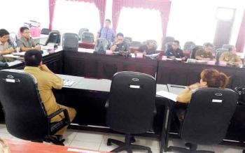 Panitia pemberangkatan Pesparawi Kabupaten Gunung Mas saat rapat di ruang rapat komisi DPRD, Senin (20/3/2017).
