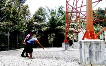 Suratno (60), warga yang tinggal sekitar Tower BTS saat menunjukkan lokasi jasad korban saat ditemukan warga.