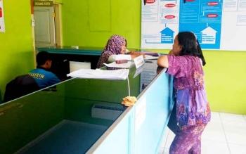 Masyarakat Sukamara saat melakukan pembuatan e-KTP di Disdukcapil Sukamara.