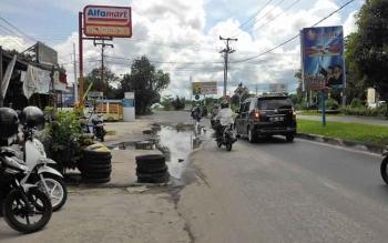 Jalan Berlubang di Tengah Kota Palangka Raya Sulitkan Pengendara