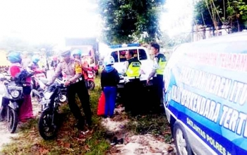Kasatlantas Polres Kobar, AKP Asdini Pratama Putra mendorong sepeda motor milik pengendara yang tidak dilengkapinkaca spion belum lama ini di jaln Pasir Panjang. Selama operasi Simpatik Telabang, polisi berhasil menegur 359 pelanggar lalu lintas.