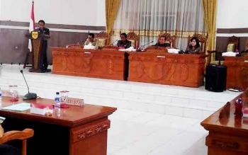 Juru Bicara Fraksi NasDem Polie L Mihing menyampaikan pandangan umum saat sidang paripurna DPRD Gunung Mas, Selasa (21/3/2017)