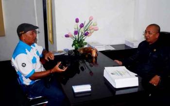 Anggota DPRD Kabupaten Barito Utara Abri memberikan keterangan kepada wartawan, Selasa (21/3/2017).