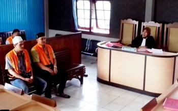 Randianur dan Rusdiansyah terdakwa sabu saat jalani sidang, Selasa (21/3/2017).