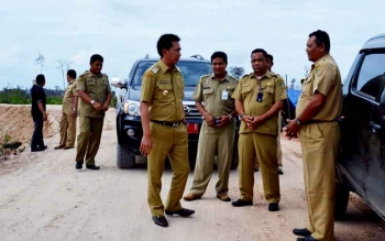 Bupati Barito Utara Nadalsyah bersama Kepala Dinas PUPR, Ferry Kusmiadi saat meninjau pembukaan jalan