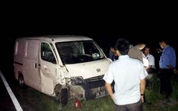 Kondisi mobil minibus milik perusahaan Ajinomoto rusak parah di bagian depan akibat bertabrakan dengan mitsubishi pikap di Jalan Ahmad Yani Kilometer 8 setelah Bundaran Pangkalan Lima, Pangklan Bun, Selasa (21/3/2017).