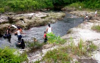 Sungai Salak Kasongan yang menjadi objek wisata pemandian baru warga Kasongan.