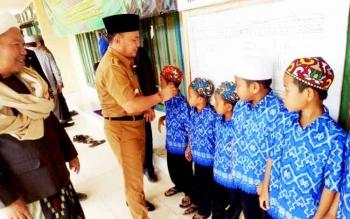 Gubernur Kalteng Sugianto Sabran mengunjungi Madrasah Nahdlatus Salam, Jalan Trans Kalimantan, Km 11, Desa Anjir Serapat, Kecamatan Kapuas Timur, Kabupaten Kapuas, Selasa (21/3/2017).