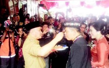 Gubernur Kalteng, H Sugianto Sabran memberikan suapan kapada Bupati Kapuas Ben Brahim S Bahat saat peringatan Hari Jadi Kota Kuala Kapuas ke 211 dan HUT Pemkab Kapuas ke 66, Selasa(21/3/2017).