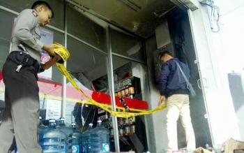 Aparat Polsek Pahandut memasang garis polisi di titip munculnya api, Rabu (22/3/2017).
