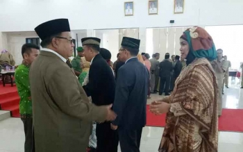 Bupati Sukamara Ahmad Dirman saat memberikan ucapan selamat kepada pejabat di lingkungan Pemerintah Kabupaten Sukamara yang baru dilantik.