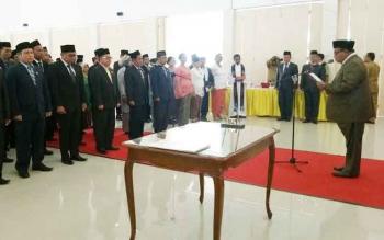 Bupati Sukamara Ahmad Dirman saat melantik pejabat di lingkungan Pemerintah Kabupaten Sukamara di aula Sekda Sukamara, beberapa waktu lalu.