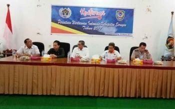 Dari kiri Sekretaris Daerah Seruyan Haryono, anggota DPRD Bejo Riyanto, Bupati Seruyan Sudarsono, Ketua PWI Cabang Kalteng Sutransyah dan Wakapolres Seruyan Kompol Mulkaifin duduk bersama pada pembukaan konferensi PWI Seruyan, Rabu (22/3/2017).