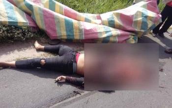 Kondisi korban tewas usai kepalanya dilindas truk, saat kecelakaan di Jl HM Arsyad, Desa Bagendang, Kecamatan Mentaya Hilir Utara, Rabu (22/3/2017).