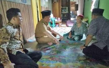 Gubernur Kalteng, Sugianto Sabran saat mendatangi rumah Ninik Romlah