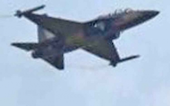 Jet tempur mili TNI AU terbang rendah di langit Pangkalan Bun.