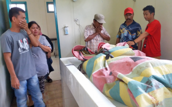Sejumlah keluarga korban tewas akibat dilindas truk bersama petugas kamar mayat rumah sakit, sedang memeriksa jasad korban, Rabu (22/3/2017).