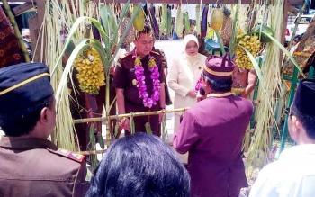 Kunjungan kerja Kajati Kalteng Agus Trihandoko disambut dengan potong pantan