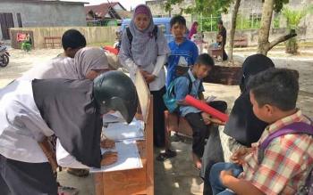 Orang tua murid membubuhkan tanda tangan di daftar penjemputan sekolah di Yayasan Bina Insan Pangkalan Bun, Rabu (22/3/2017)