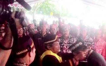 Bupati Kapuas Ben Brahim S Bahat saat dianugerahi gelar adat Temanggung Panunjung Tarung.