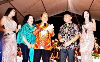 Bupati Kapuas Ben Brahim S Bahat dan Gubernur Kalteng Sugianto Sabran menyapa ribuan masyarakat pada malam puncak perayaan Hari Jadi Kota Kuala Kapuas.