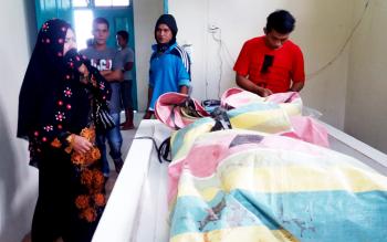 Dua petugas kamar jenazah RSUD Murjani dan keluarga korban melihat kondisi jenazah Sumidah, Rabu (22/3/2017).