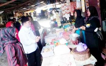 Wakil Bupati terpilih Ahmadi Riansyah saat meninjau aktivitas di pasar Sumber Agung Kecamatan Pangkalan Lada, belum lama ini. Pasar ini lolos di tingkat kabupaten dan maju ke tingkat provinsi dalam Lomba Pasar Desa tahun 2017.